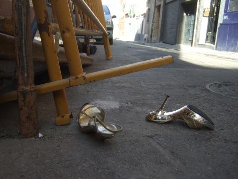 zapatos dorados bajo el sol de otoño