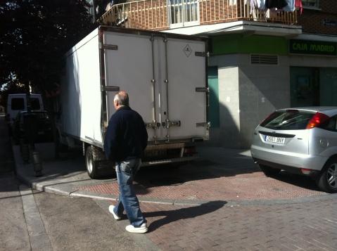 Un peatón tiene que salir a la carretera ya que la acera está ocupada por coches mal estacionados