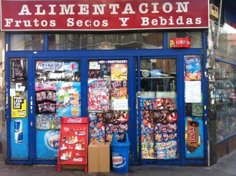 Exterior de un establecimiento de alimentación regentado por ciudadanos chinos en la avenida de Monte Igueldo del barrio de Vallecas de Madrid