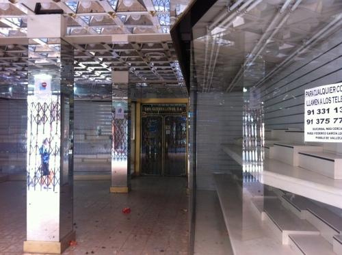 """Imagen exterior de la tienda de zapatos """"Los Guerrilleros"""", ya con el cierre absoluto"""