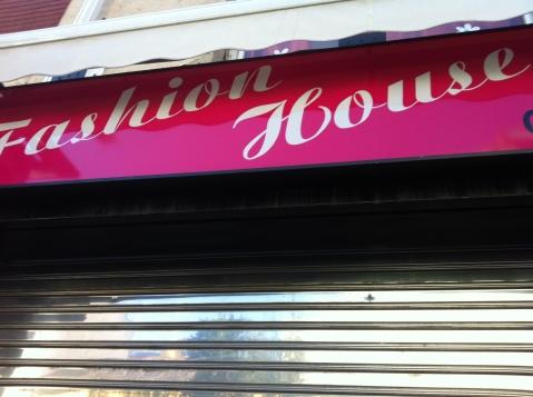 Exterior cerrado del local Fashion House