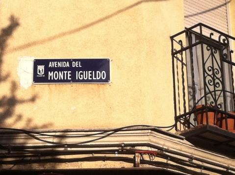 fotografía del cartel de la avenida del Monte Igueldo en Vallecas (Madrid)