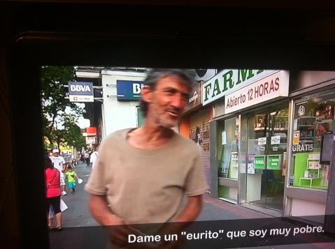 uno de los vecinos del barrio cierra con simpatía el reportaje de Cuatro