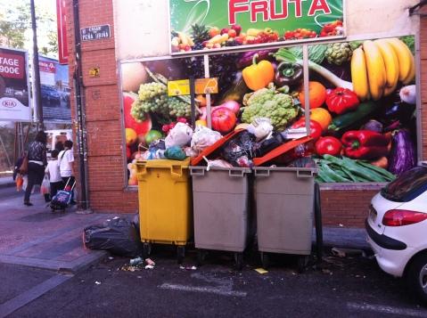 Pocas ganas te quedan de comer fruta cuando ves los contenedores cargados de basura en la esquina de la avenida de Monte Igueldo ya en la primera hora de la tarde
