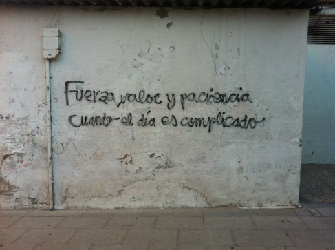 pintada callejera donde se nos piede fuerza, valor y paciencia
