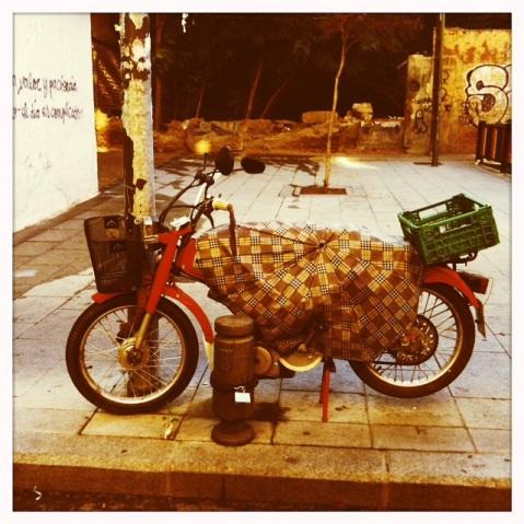 Motocicleta atípica aparcada en la avenida