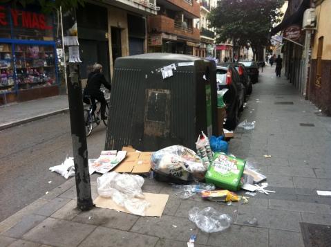 Contenedor rodeado de basuras en la avenida de Monte Igueldo
