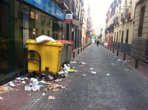 Más basura junto a los cubos de basura