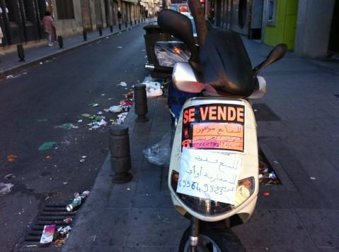 Motocicleta en venta con anuncio en árabe