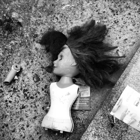 Una muñeca rota permanece como desperdicio en la calle en el séptimo día de la huelga de basuras