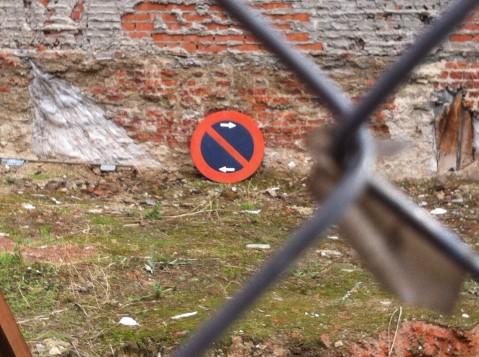 Señal abandonada de prohibido aparcar en un solar abandonado de la avenida de Monte Igueldo