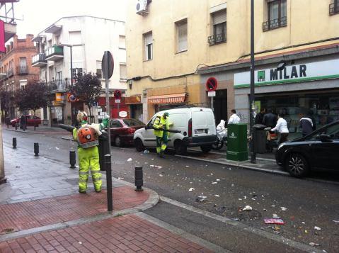 Operarios limpian la calle Monte Igueldo el lunes por la mañana