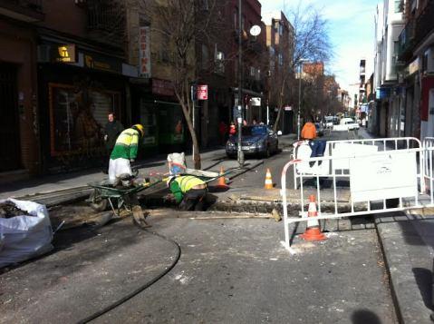 Operarios trabajando en la avenida