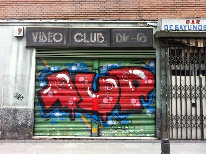 un poco de color en el cierre metálico del vídeo club de Monte Igueldo