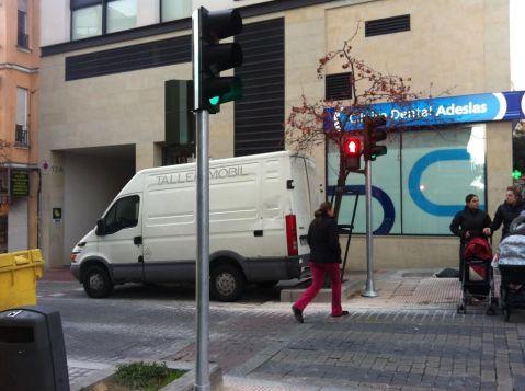 Por fín llega el semáforo a la calle Robles