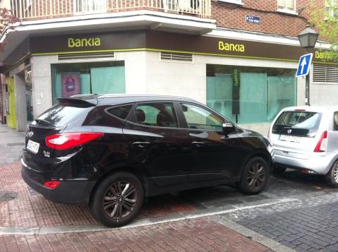 otro listo, aparcando en plena acera