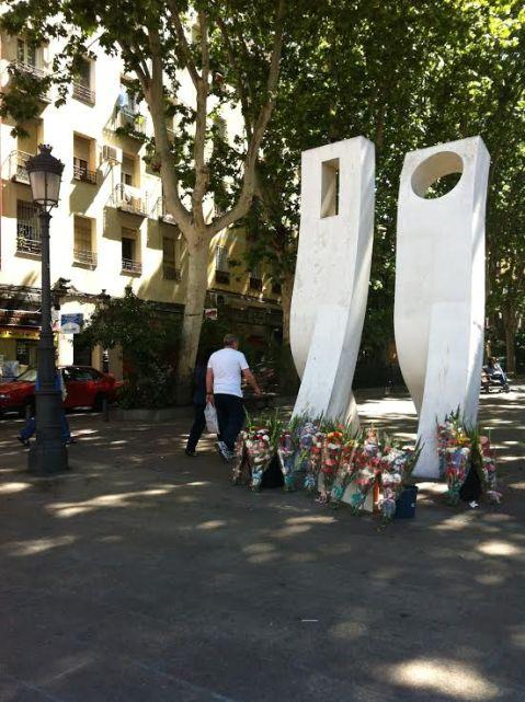 Esculturas del bulevar de Vallecas con flores a sus pies por el día de la Madre