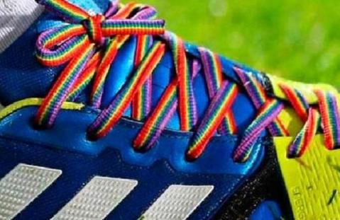 los cordones simbolizan la lucha contra la homofobia en el fútbol
