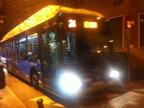 La calle es muy estrecha para tanto autobús