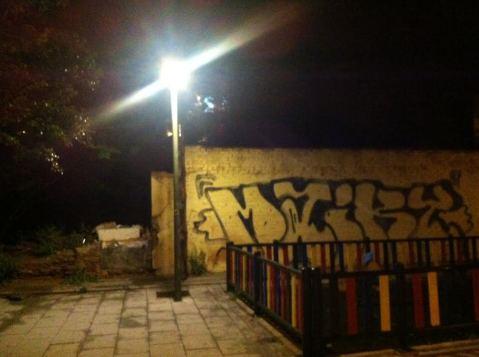 más luz en faro callejero