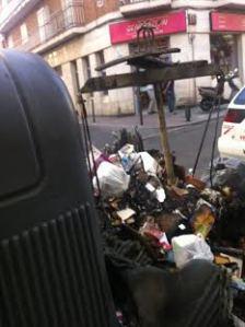 Vista del contenedor quemado frente a Generación X
