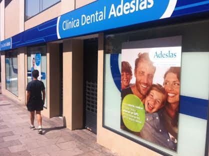 dientes más limpios en la esquina con el bulevar
