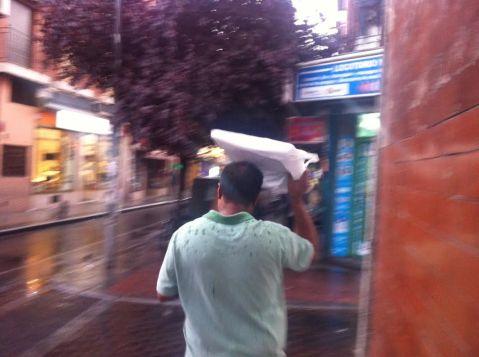 cualquier cosa vale para cubrir la cabeza ante la lluvia